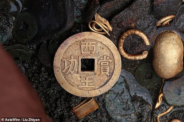 Tìm thấy ấn triện bằng vàng nguyên chất vô cùng quý hiếm, nặng gần 8kg - 5