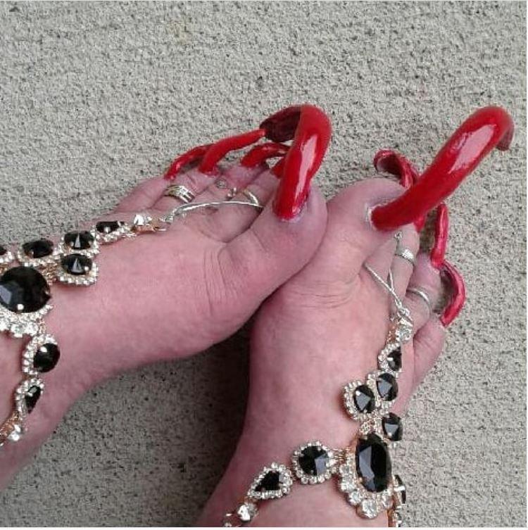 Kiếm bộn tiền nhờ nuôi móng chân siêu dài - 1