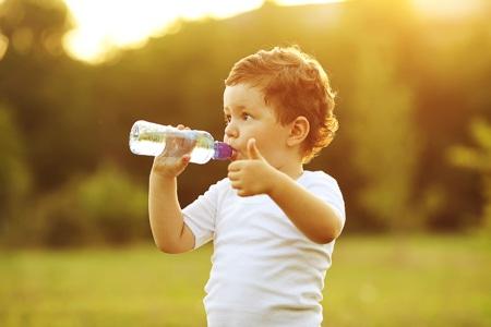 Nắng nóng, bố mẹ nhớ dặn con uống đủ nước - 1