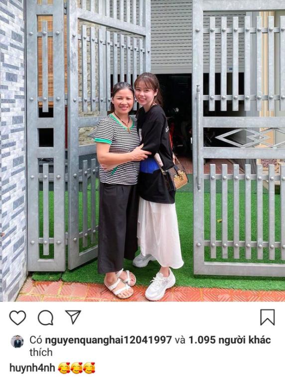 Bạn gái mới khoe ảnh ôm mẹ Quang Hải, fans xôn xao về màn ra mắt - 1