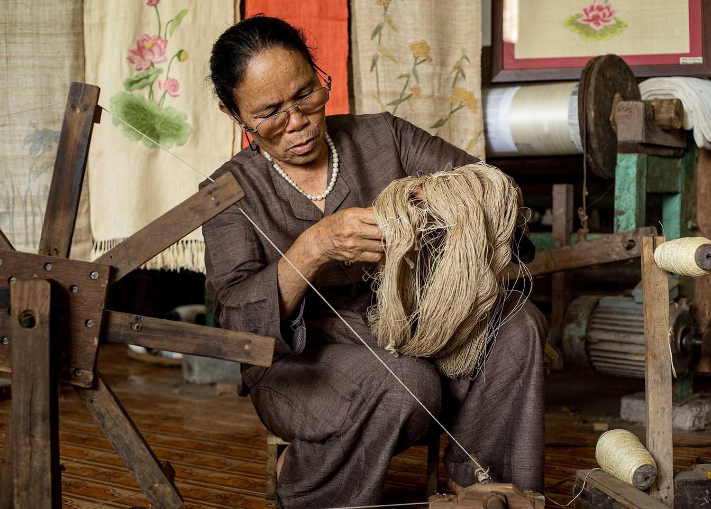 Người phụ nữ khiến sen nhả ra ngọc dệt thành khăn giá 10 triệu đồng/chiếc - 13