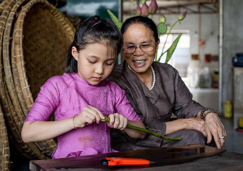 Người phụ nữ khiến sen nhả ra ngọc dệt thành khăn giá 10 triệu đồng/chiếc - 12