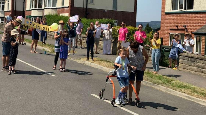 Cậu bé bại não đi bộ 750m gây quỹ hơn 1 tỉ đồng - 2