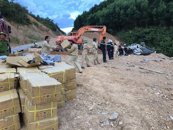 Xe chở gần 5 tấn thuốc nổ lật bên bờ vực, hàng chục cảnh sát vất vả cứu hộ - 1