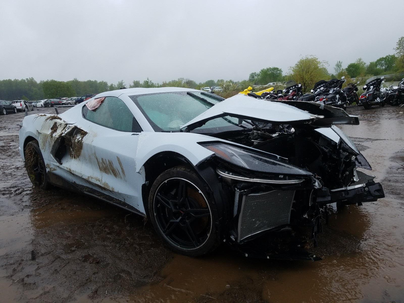 Kì lạ chiếc Corvette rách bươm sau tai nạn được rao bán đắt hơn xe mới - 1