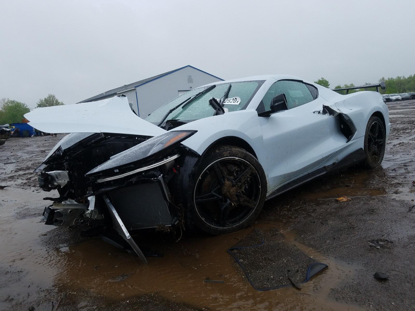 Kì lạ chiếc Corvette rách bươm sau tai nạn được rao bán đắt hơn xe mới - 2