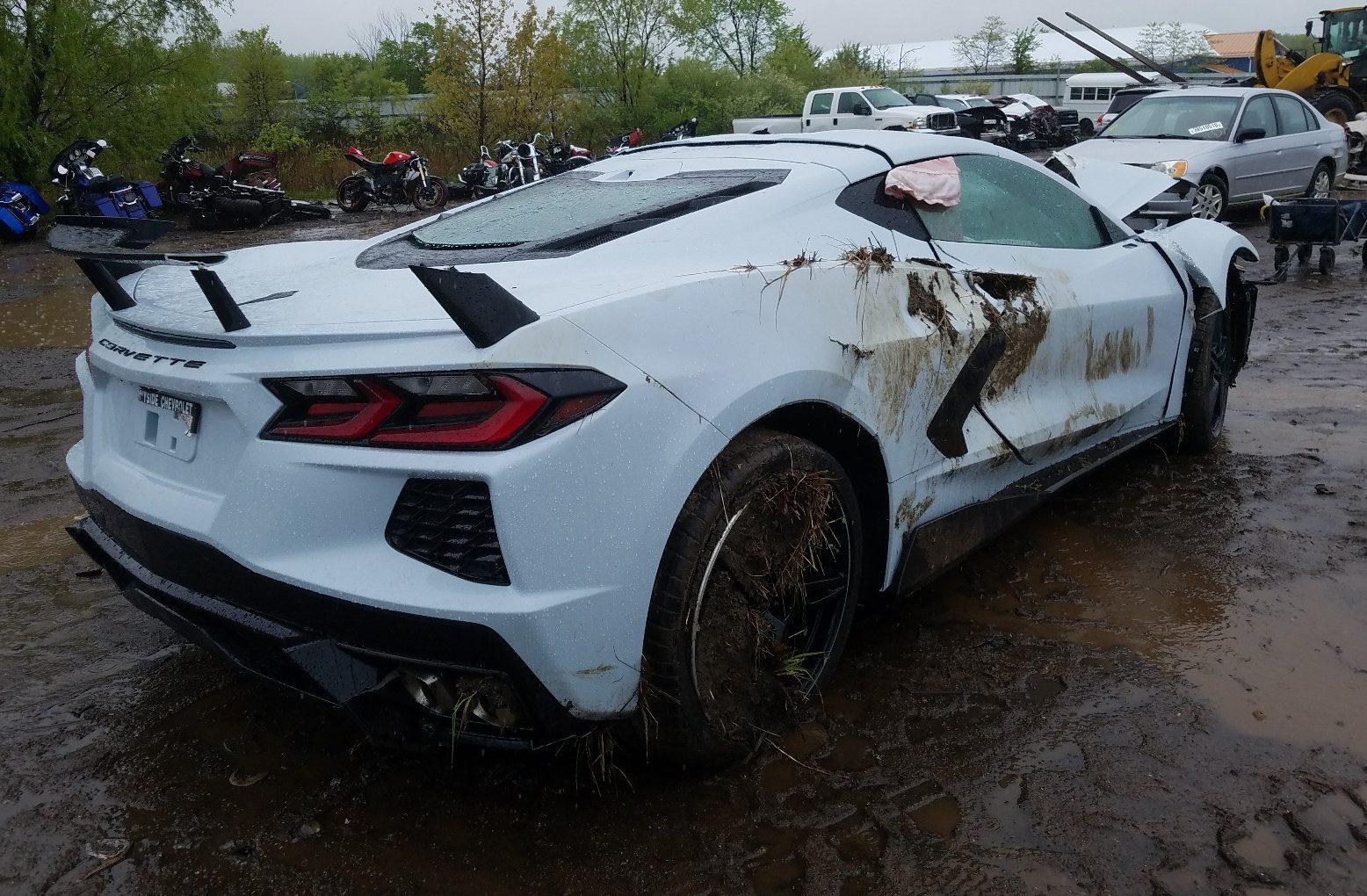 Kì lạ chiếc Corvette rách bươm sau tai nạn được rao bán đắt hơn xe mới - 5