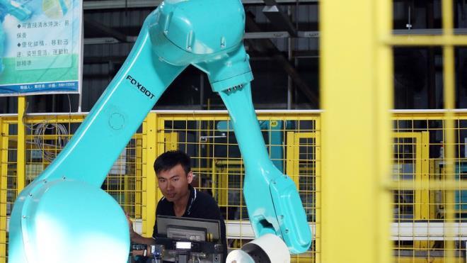 Đốt hàng triệu USD sản xuất robot, Apple nhận ra con người làm vẫn tốt hơn - 1