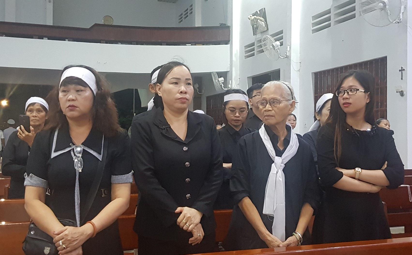 Gia đình, đồng nghiệp tiễn đưa nhạc sĩ Trần Quang Lộc trong cơn mưa tầm tã - 9