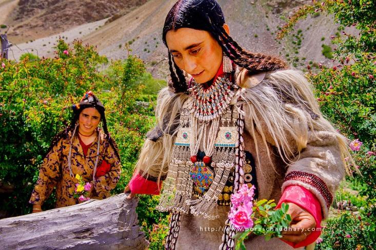 Kỳ lạ cuộc sống của bộ lạc có tập tục hôn nhau thoải mái, trao đổi vợ tự do - 1
