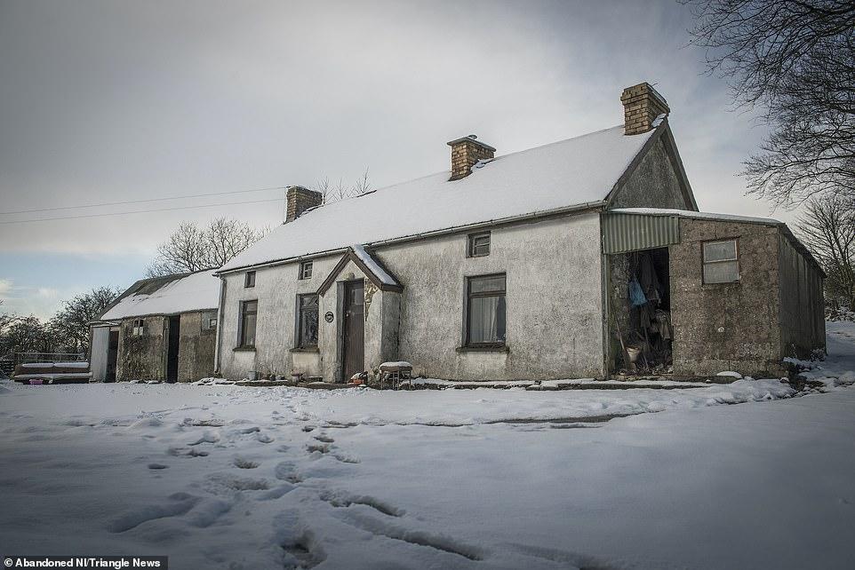 Ngỡ ngàng ngôi nhà bỏ hoang, bên trong toàn đồ cổ phủ bụi - 1