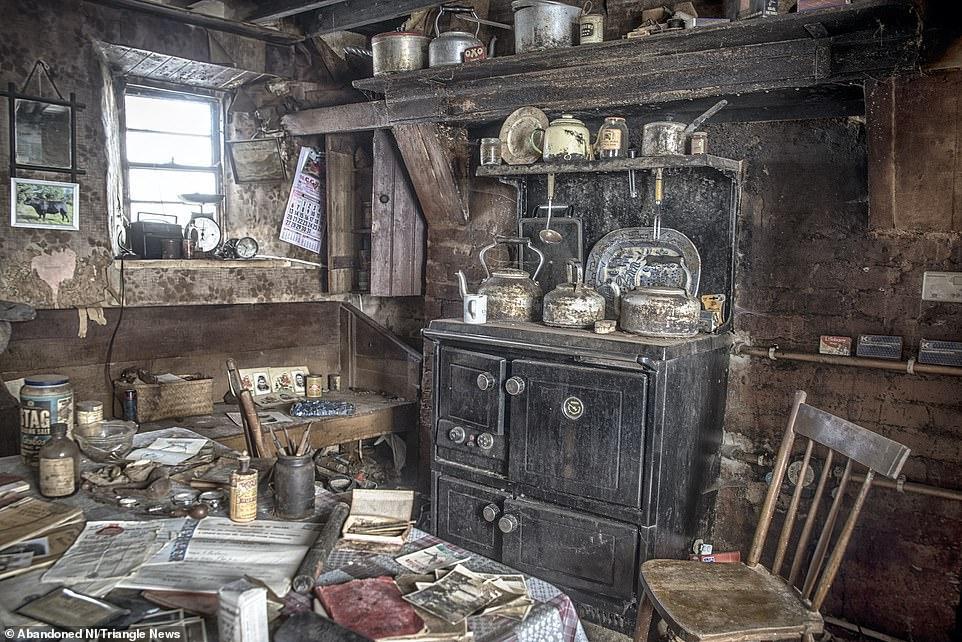 Ngỡ ngàng ngôi nhà bỏ hoang, bên trong toàn đồ cổ phủ bụi - 4