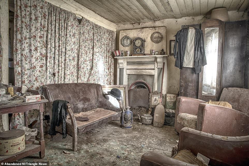Ngỡ ngàng ngôi nhà bỏ hoang, bên trong toàn đồ cổ phủ bụi - 5