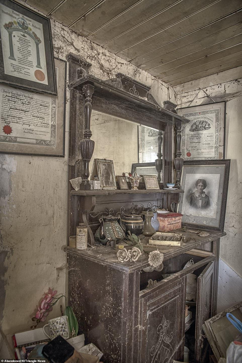 Ngỡ ngàng ngôi nhà bỏ hoang, bên trong toàn đồ cổ phủ bụi - 8