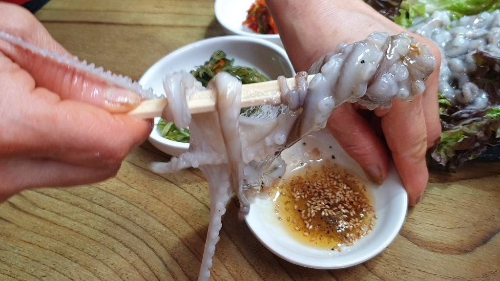 Những món ăn siêu kinh dị, có món ăn vào... dễ tử vong ở Hàn Quốc - 1