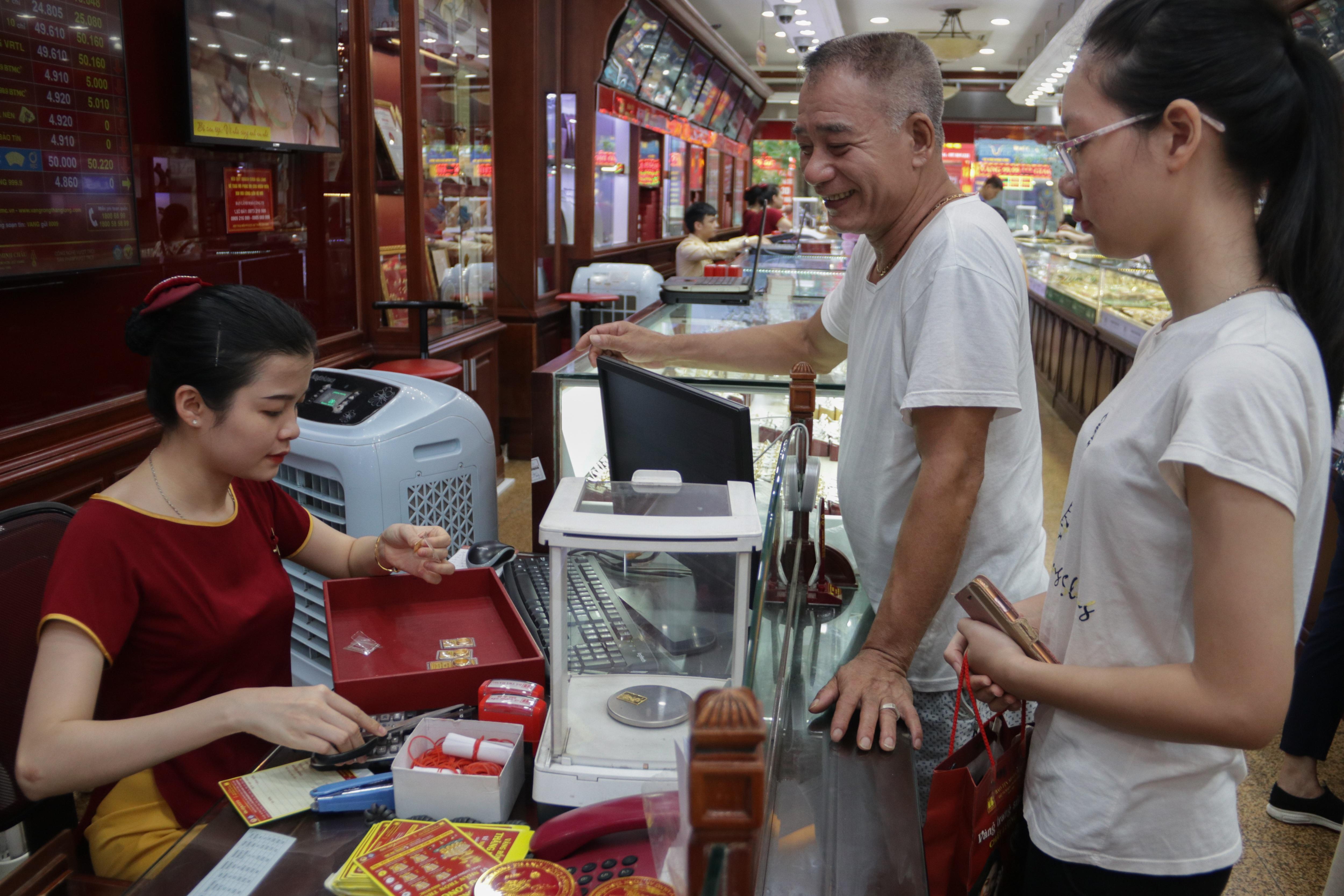 Hà Nội: Đổ xô đi bán vàng kiếm lời sau khi vàng tăng cao kỷ lục - 2