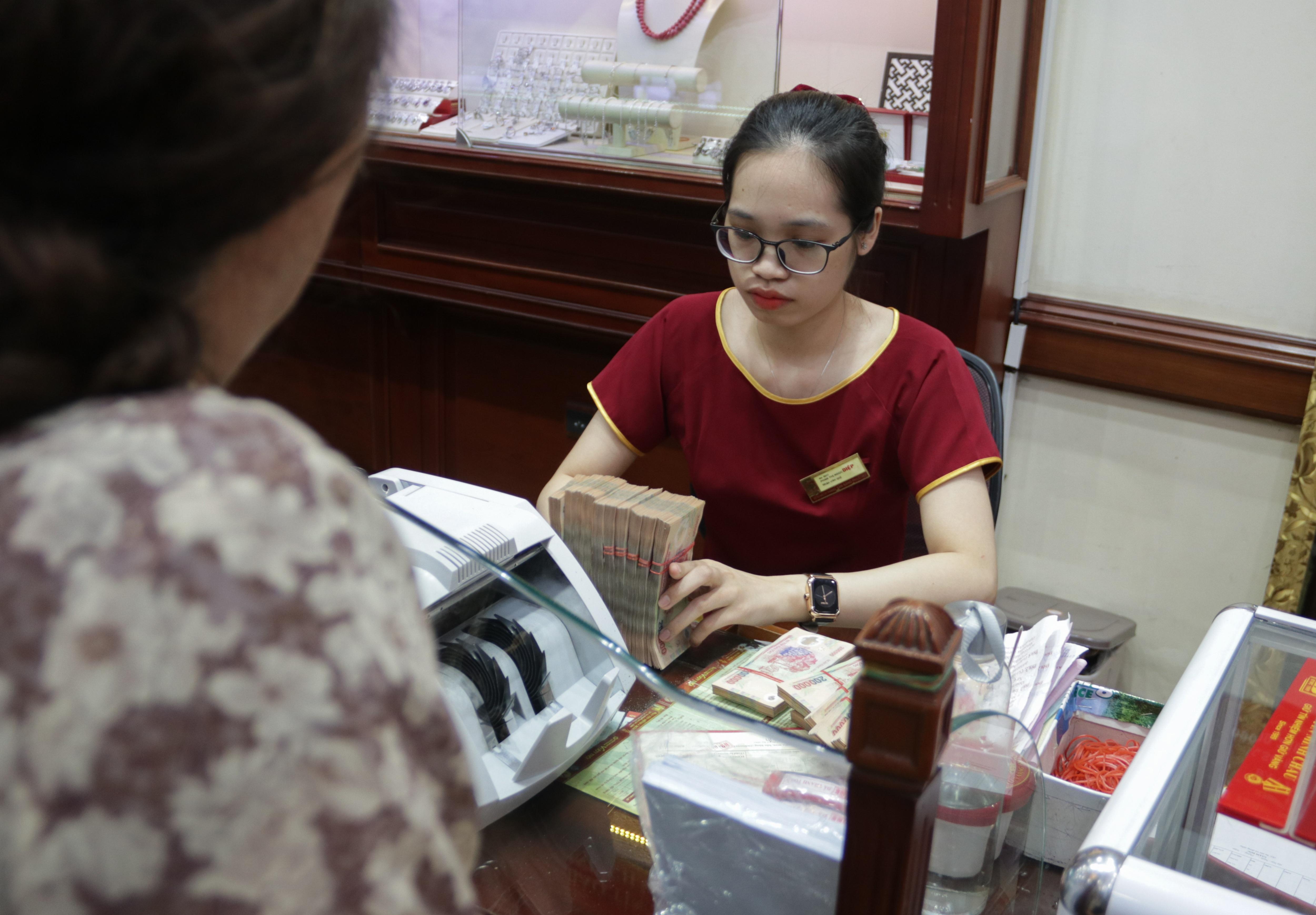 Hà Nội: Đổ xô đi bán vàng kiếm lời sau khi vàng tăng cao kỷ lục - 7