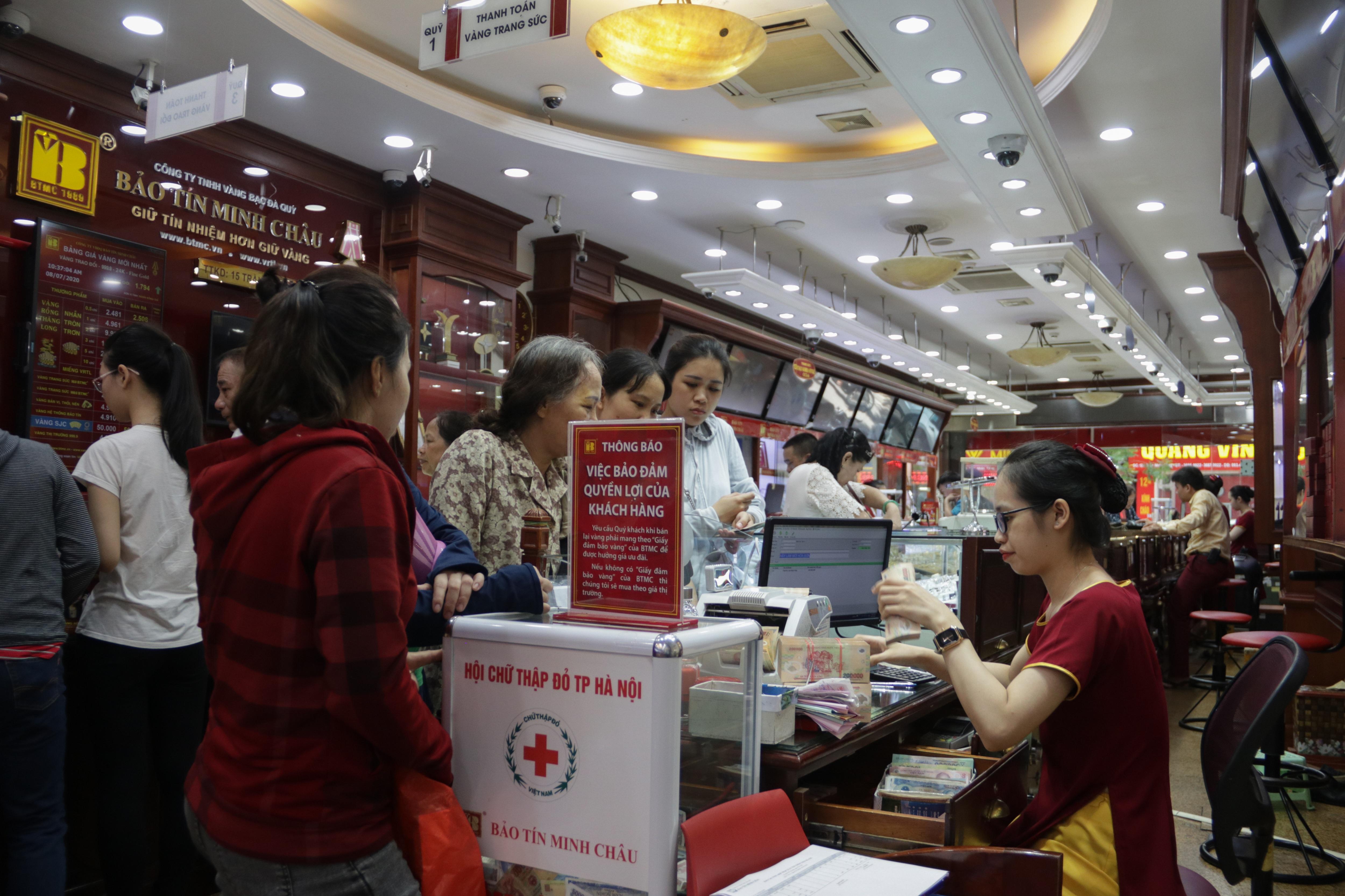 Hà Nội: Đổ xô đi bán vàng kiếm lời sau khi vàng tăng cao kỷ lục - 6
