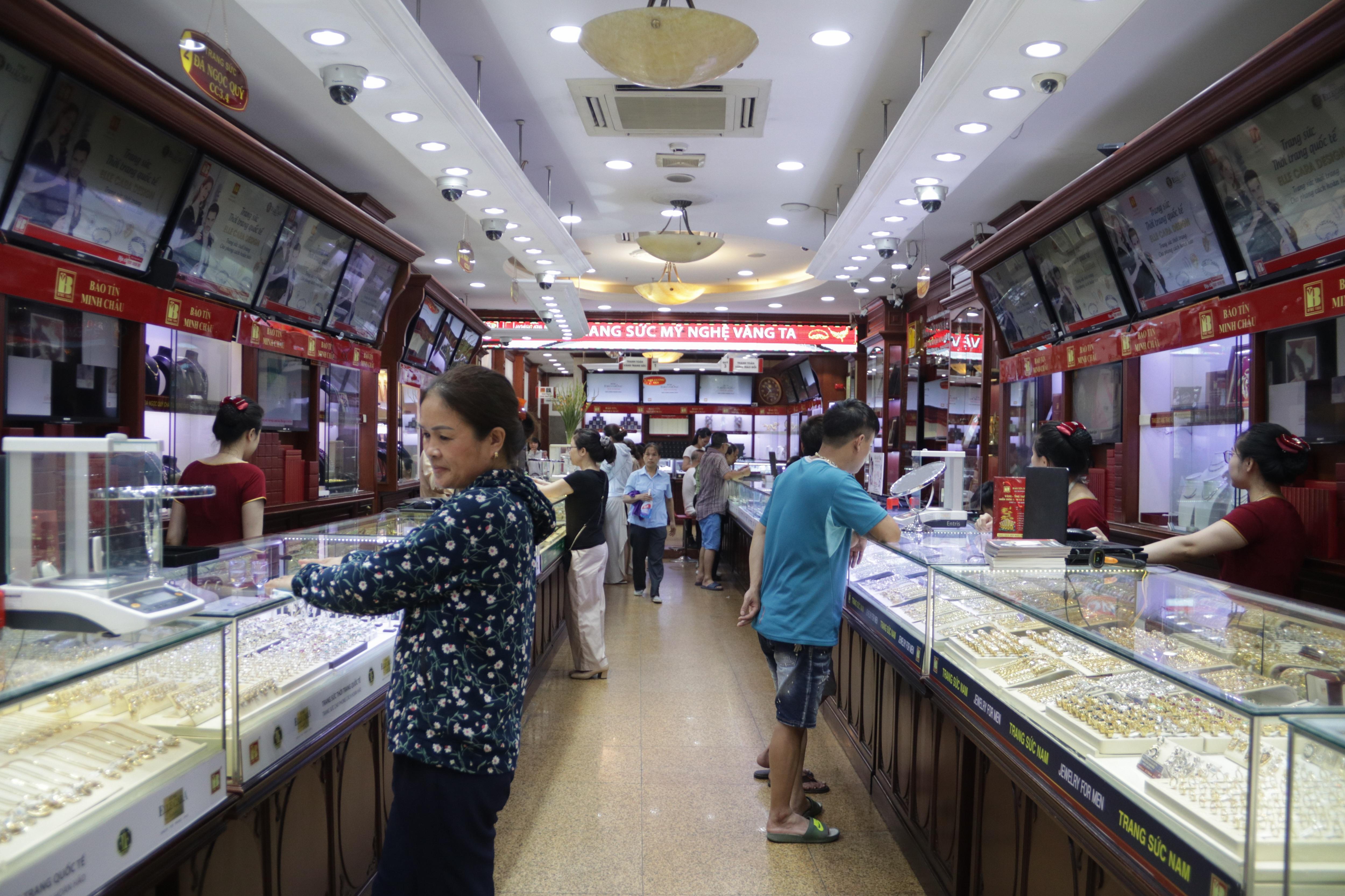 Hà Nội: Đổ xô đi bán vàng kiếm lời sau khi vàng tăng cao kỷ lục - 5