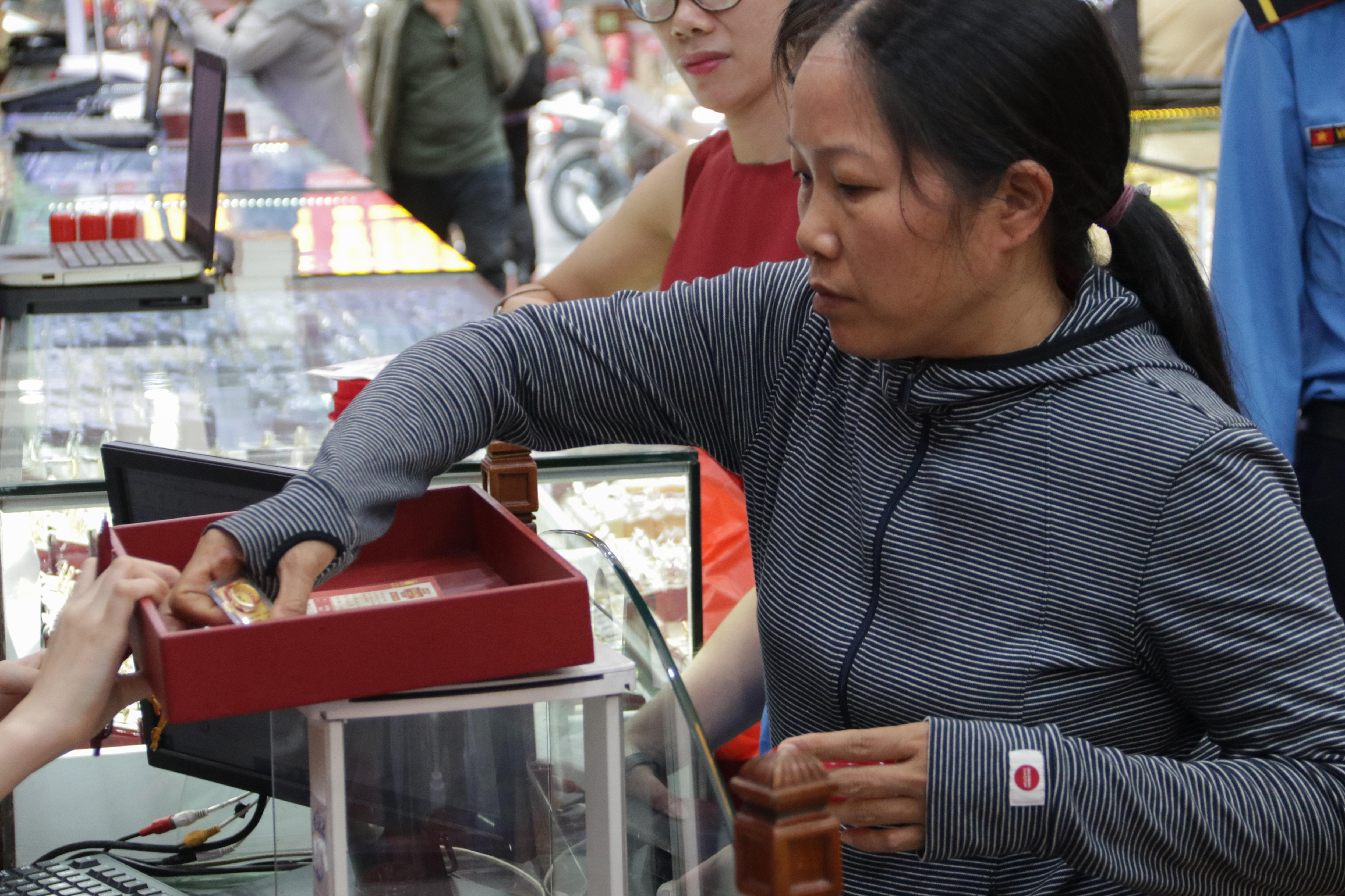 Hà Nội: Đổ xô đi bán vàng kiếm lời sau khi vàng tăng cao kỷ lục - 3