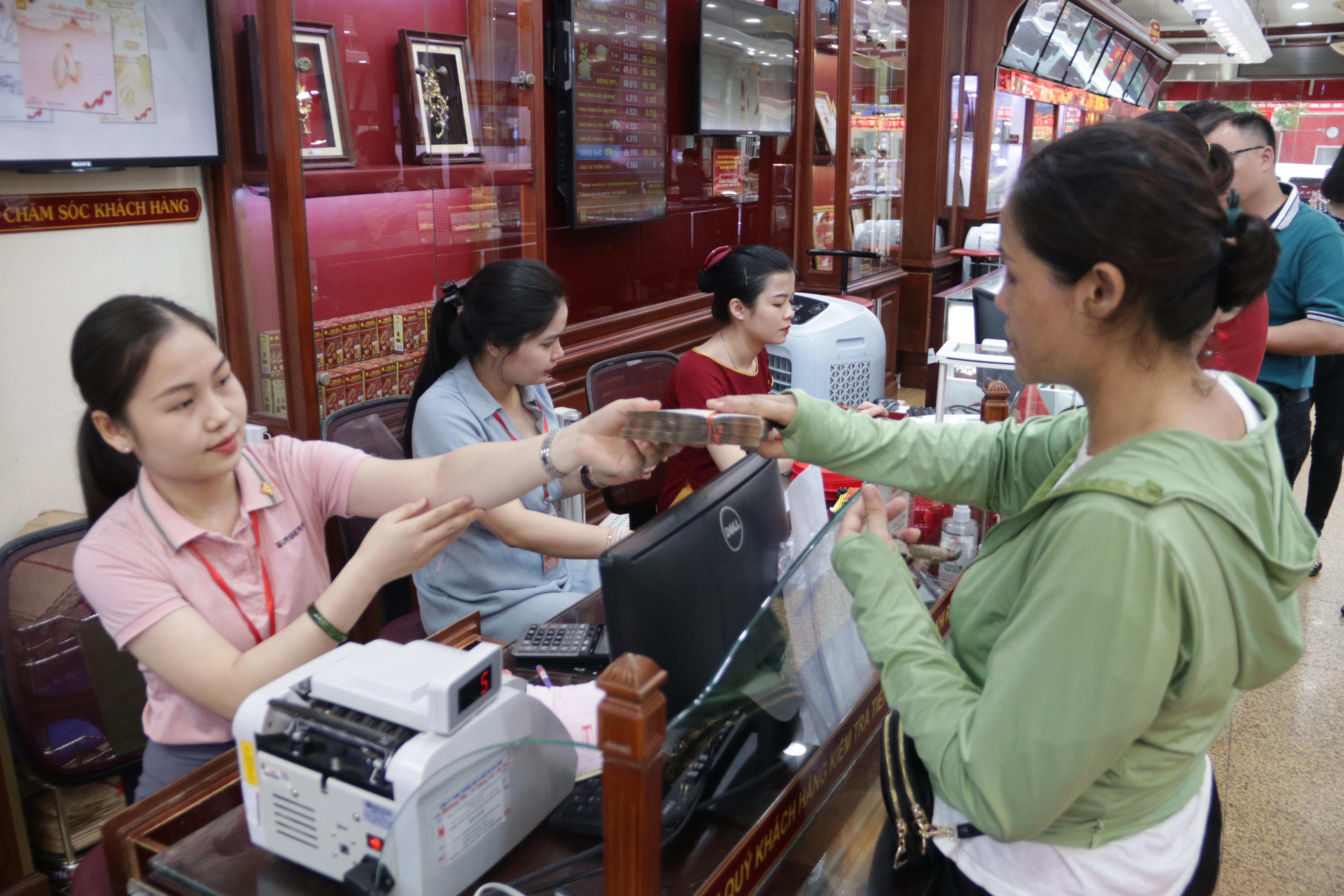 Hà Nội: Đổ xô đi bán vàng kiếm lời sau khi vàng tăng cao kỷ lục - 4
