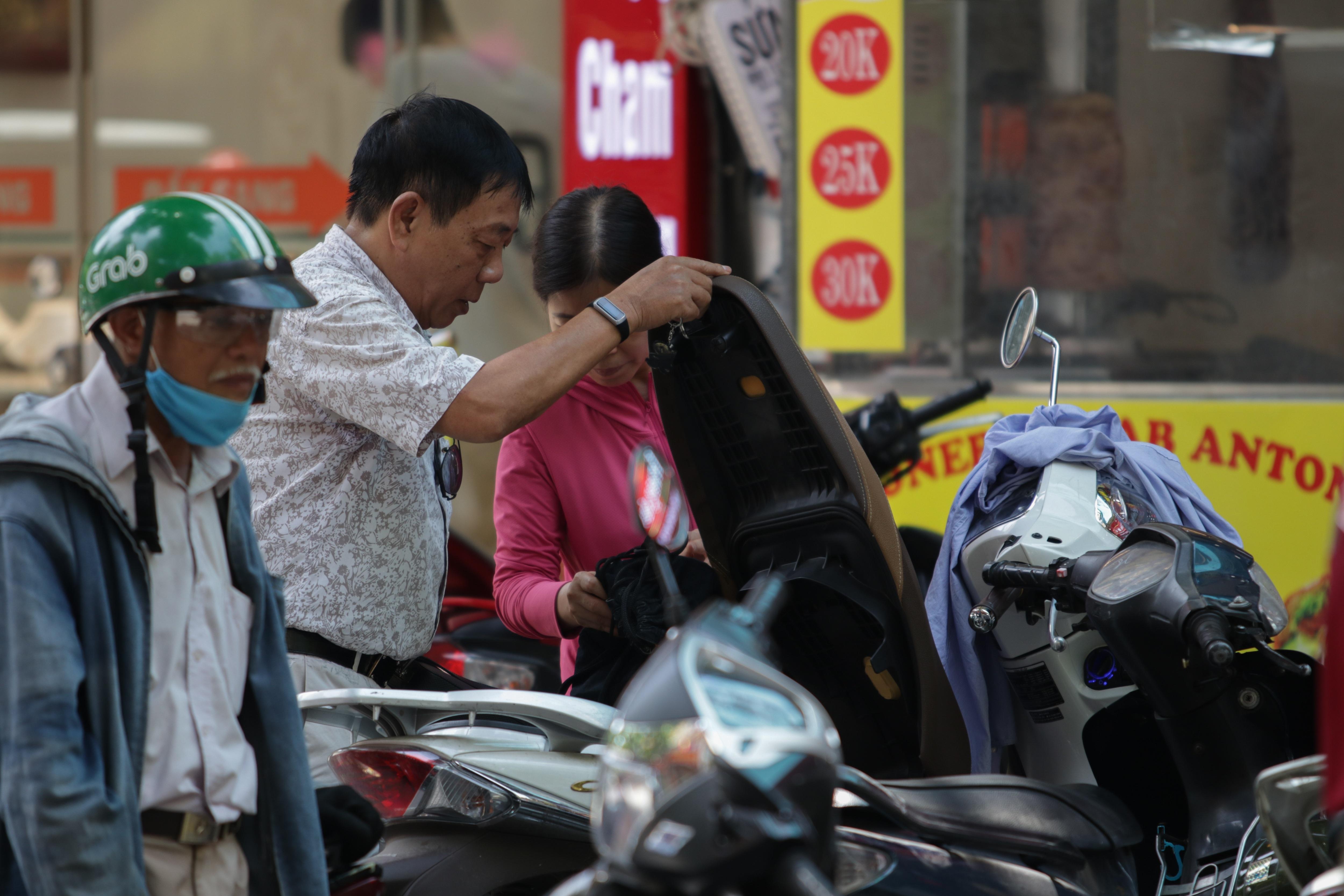 Hà Nội: Đổ xô đi bán vàng kiếm lời sau khi vàng tăng cao kỷ lục - 11