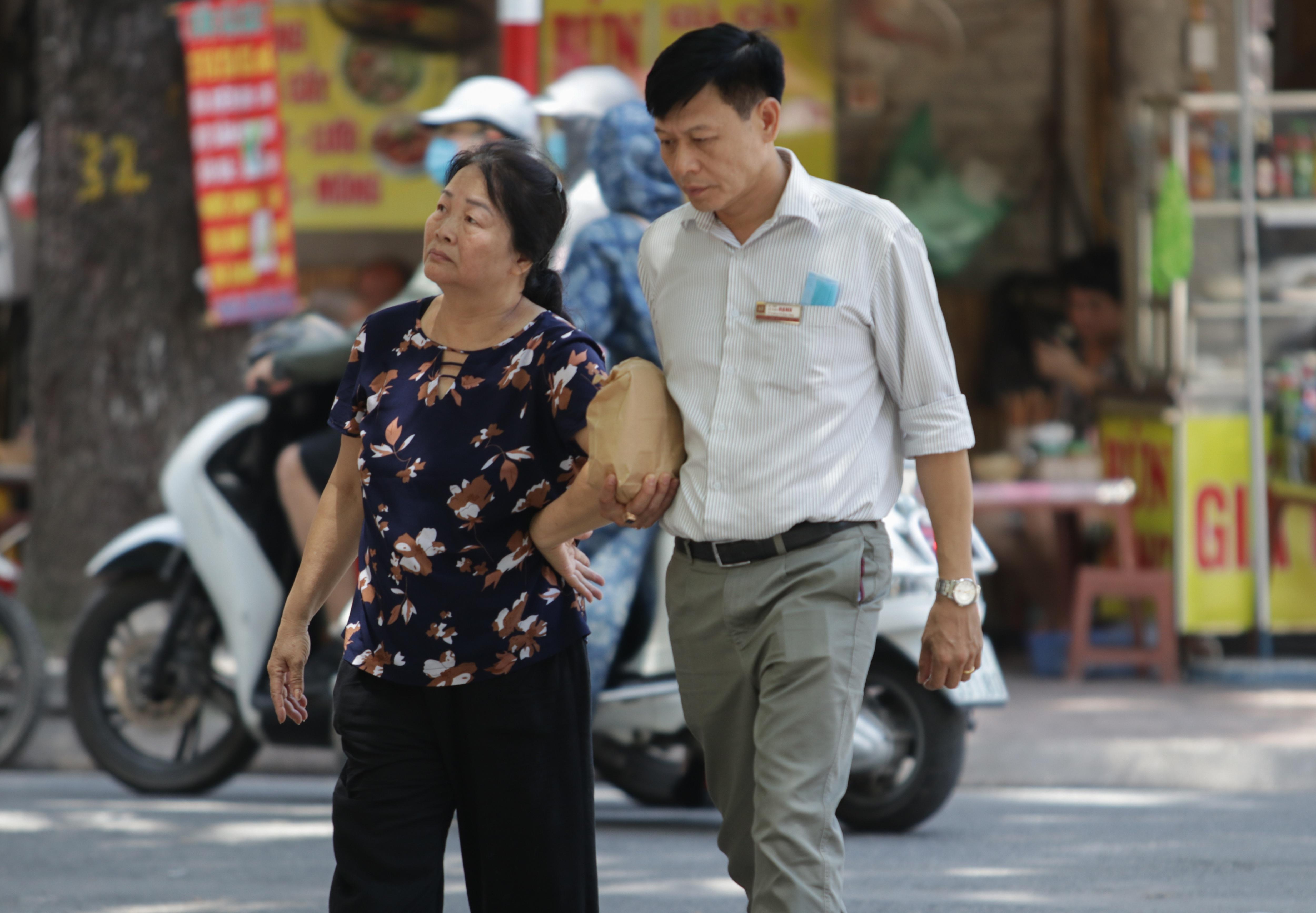 Hà Nội: Đổ xô đi bán vàng kiếm lời sau khi vàng tăng cao kỷ lục - 8