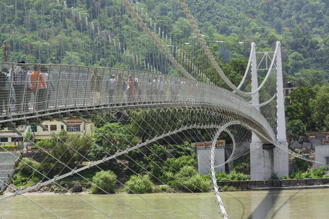 Nữ du khách bị bắt vì khỏa thân quay video trên cây cầu linh thiêng - 2