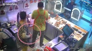 Nữ khách hàng ăn trộm vịt quay giấu trong quần - 1