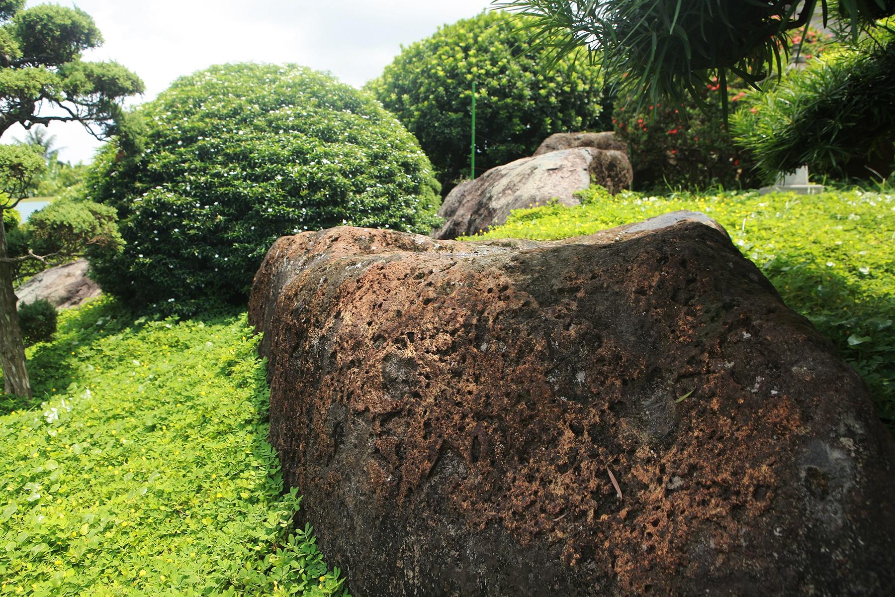 """Đại gia làm hồ cá Koi, đồi nhân tạo bằng 100 tấn """"đá bán quý"""" - 5"""