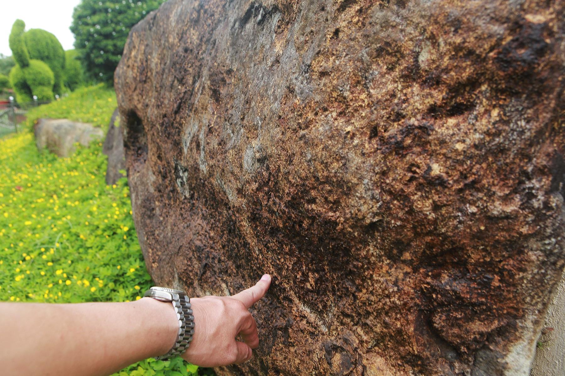 """Đại gia làm hồ cá Koi, đồi nhân tạo bằng 100 tấn """"đá bán quý"""" - 6"""