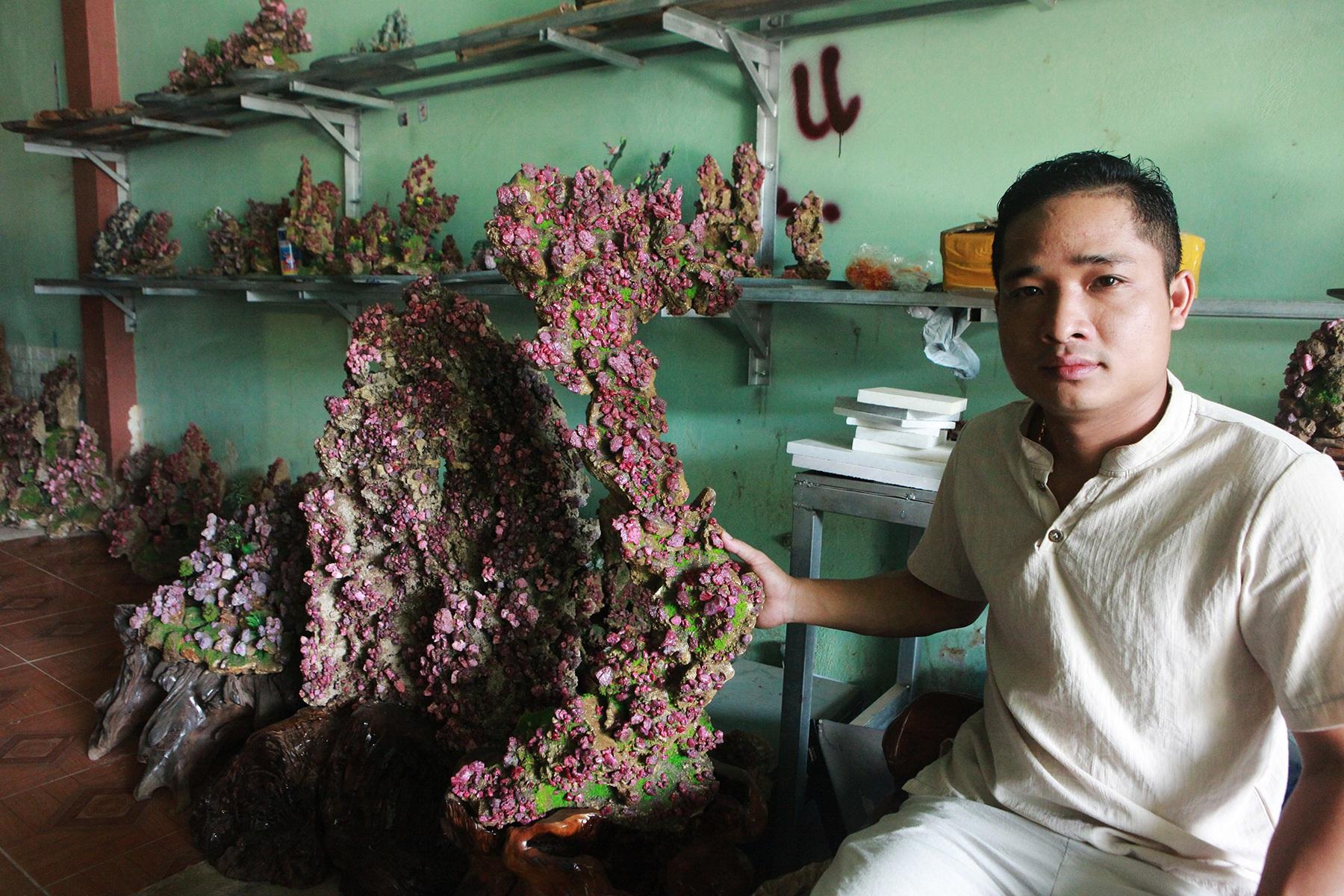 Chiêm ngưỡng hòn non bộ được ghép từ đá ruby có giá gần 2 tỷ đồng - 1