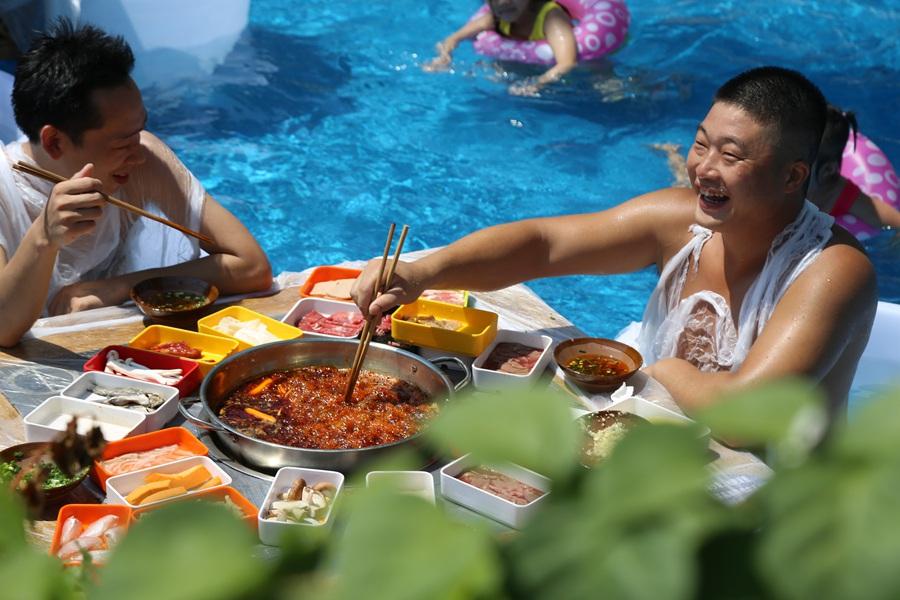 Mặc bikini ăn lẩu giữa bể bơi - 4
