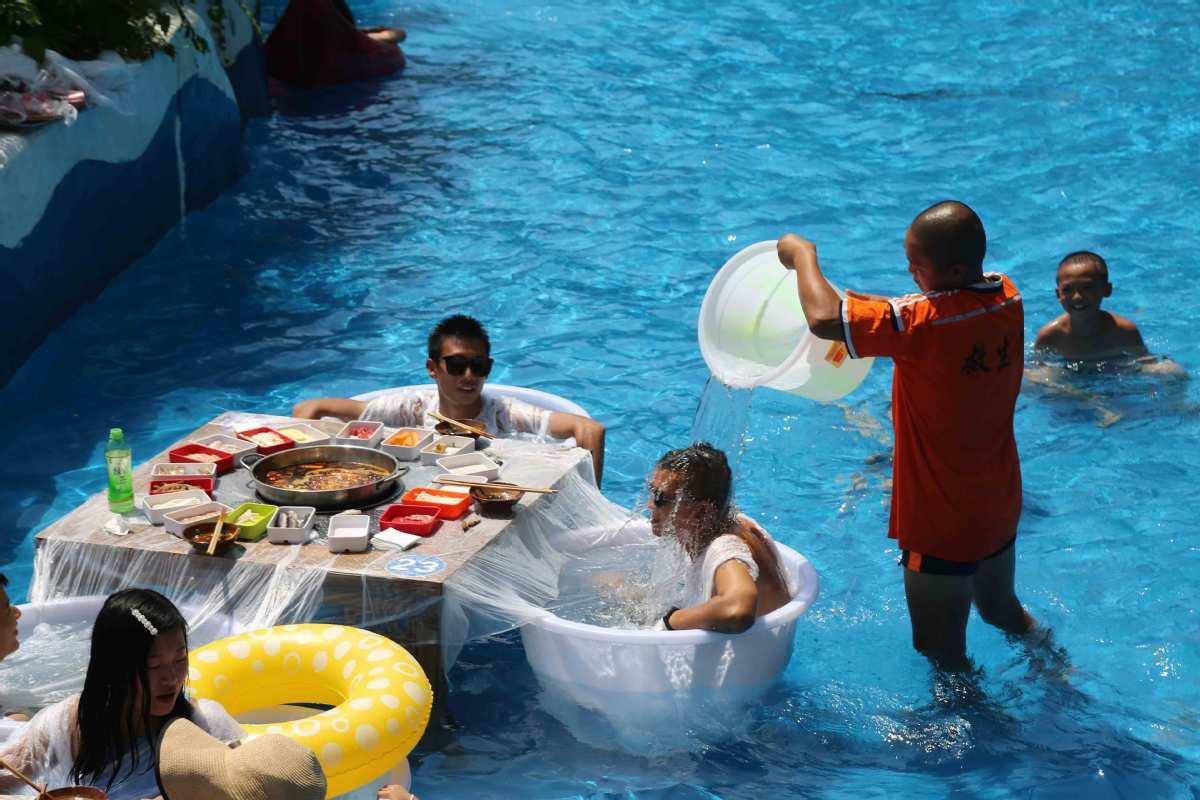 Mặc bikini ăn lẩu giữa bể bơi - 6
