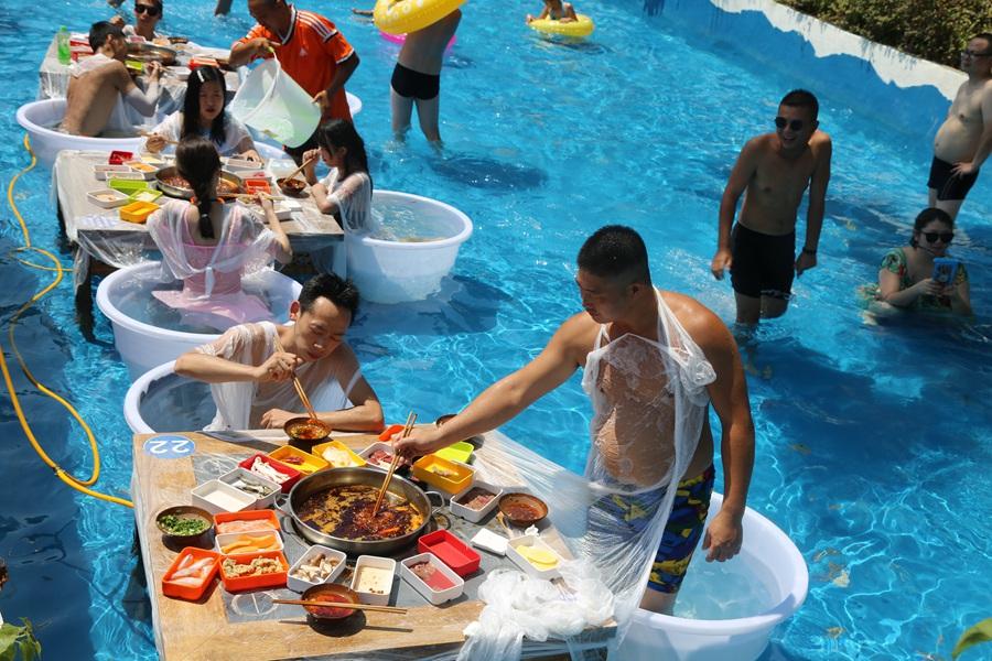 Mặc bikini ăn lẩu giữa bể bơi - 7