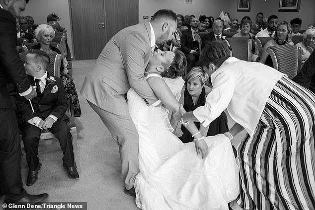 Khoảnh khắc cô dâu vừa chiến thắng bệnh ung thư ngã quỵ trong hôn lễ - 1