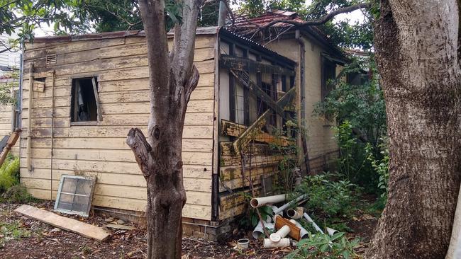 Căn nhà cũ nát ẩn sau bụi cây bất ngờ được bán giá khủng 56 tỷ đồng - 1