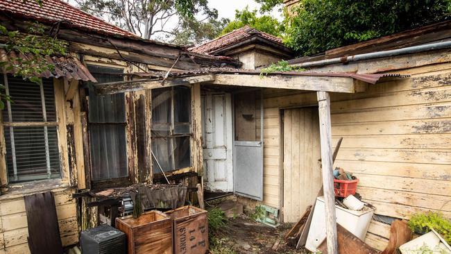Căn nhà cũ nát ẩn sau bụi cây bất ngờ được bán giá khủng 56 tỷ đồng - 2