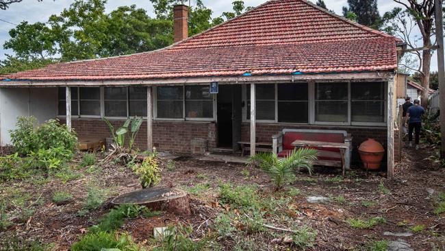 Căn nhà cũ nát ẩn sau bụi cây bất ngờ được bán giá khủng 56 tỷ đồng - 3