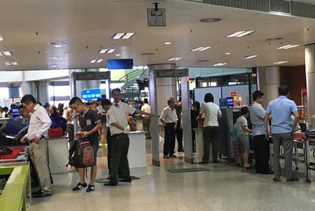 Hai hành khách bị cấm bay 1 năm vì dùng giấy tờ giả - 1