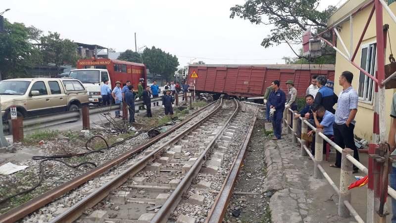 Tàu hỏa trật bánh khỏi đường ray, 2 toa tàu bị văng ra ngoài - 1
