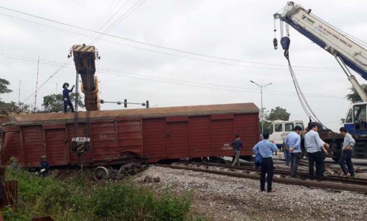 Tàu hỏa trật bánh khỏi đường ray, 2 toa tàu bị văng ra ngoài - 3