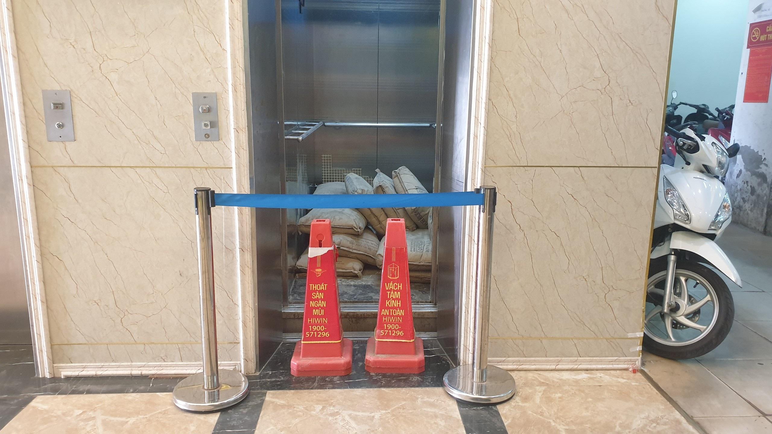 """""""Góc khuất"""" vụ thang máy chung cư rơi từ tầng 5 ở Hà Nội thumbnail"""