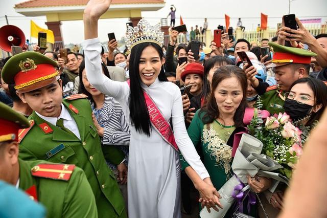 Không đâu hâm mộ cuồng nhiệt với Hoa hậu như ở Việt Nam? - 1