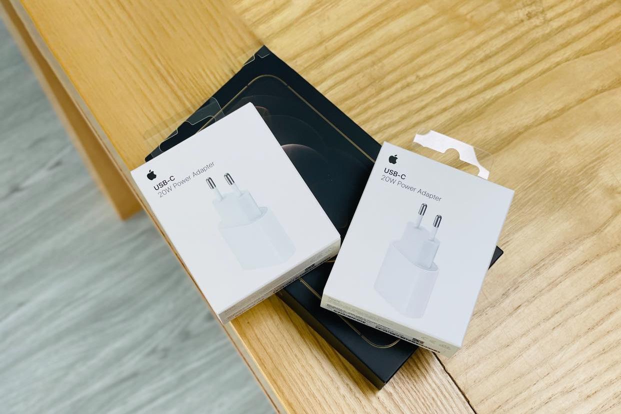 Không chỉ iPhone 12 Pro Max, củ sạc của Apple cũng cháy hàng tại Việt Nam - 2