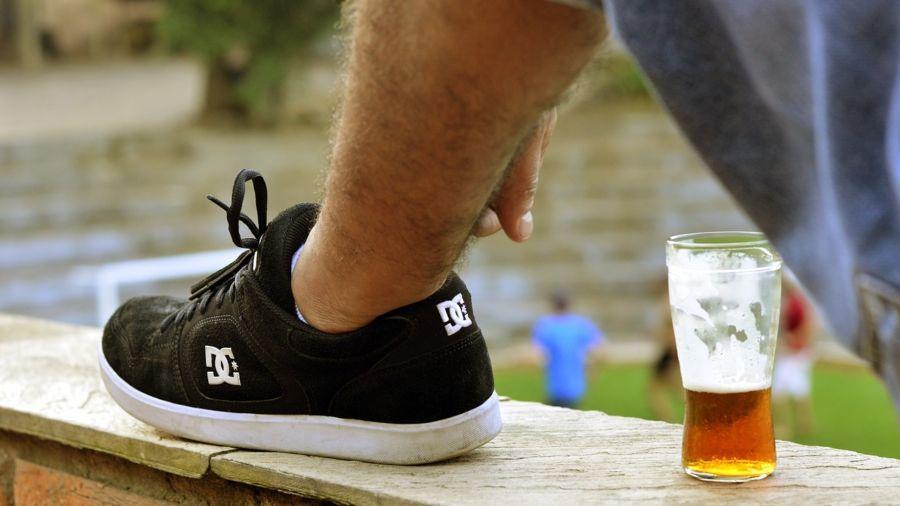 Quán bia bắt khách đặt cọc bằng giày dép để tránh nạn ăn trộm cốc - 4