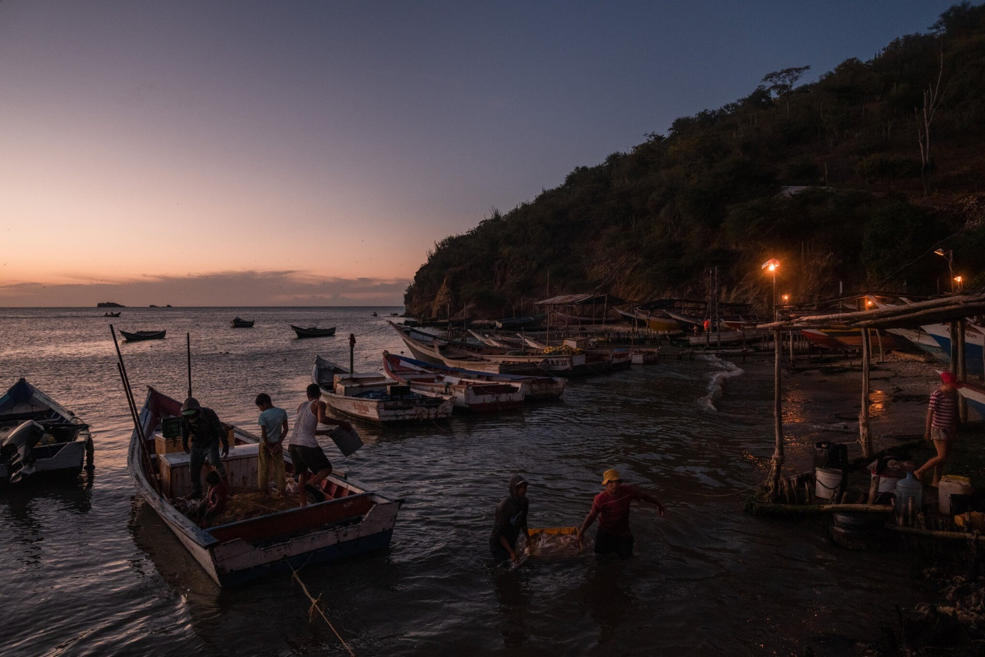 Châu báu bí ẩn liên tục dạt vào bờ biển, người dân đổ xô săn lùng kho báu - 2