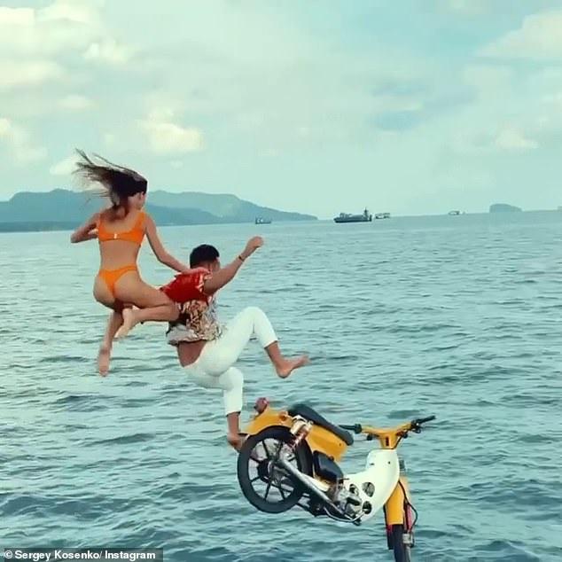 Khách Tây liều lĩnh phóng xe máy đèo cô gái mặc bikini diễn xiếc phía sau - 3