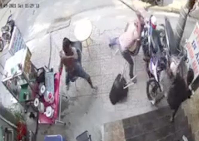 Nhóm thanh niên vác túyp sắt truy sát 1 gia đình giữa ban ngày - 1