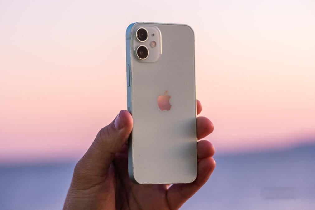 Đại lý đua nhau xả hàng, giá bán iPhone 12 Mini chạm đáy tại Việt Nam - 2